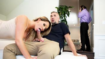 Corno bem percebe que sua esposa ta mamando o amigo